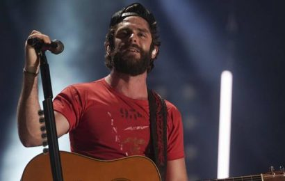 Thomas Rhett helps cancer survivor complete bucket list by taking selfie with her onstage