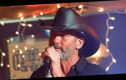 Tim McGraw Debuts A Fully Grey Beard At ACMs & Fans Rave He's A 'Silver Fox' & 'Aging Like Fine Wine'